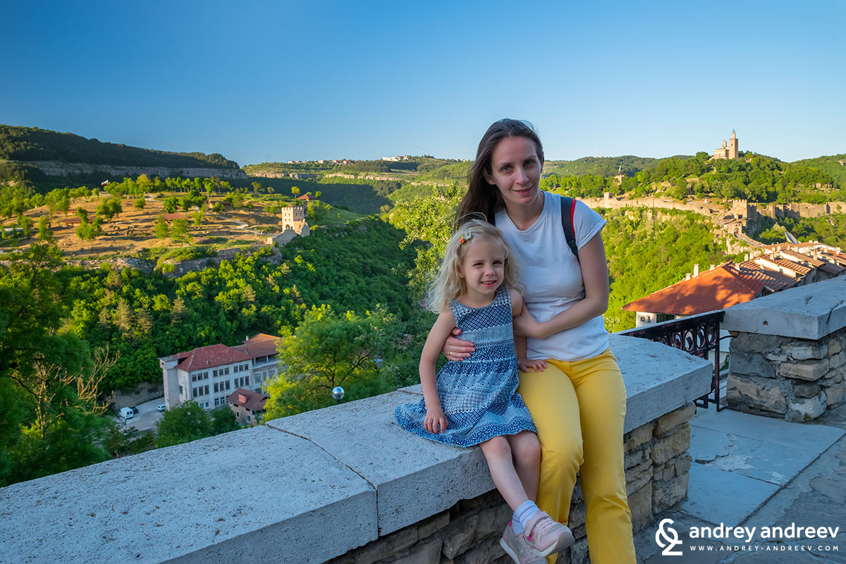 Maria and Anna in front of the two most important hills in Veliko Tarnovo - Trapezitsa (left) and Tsarevets