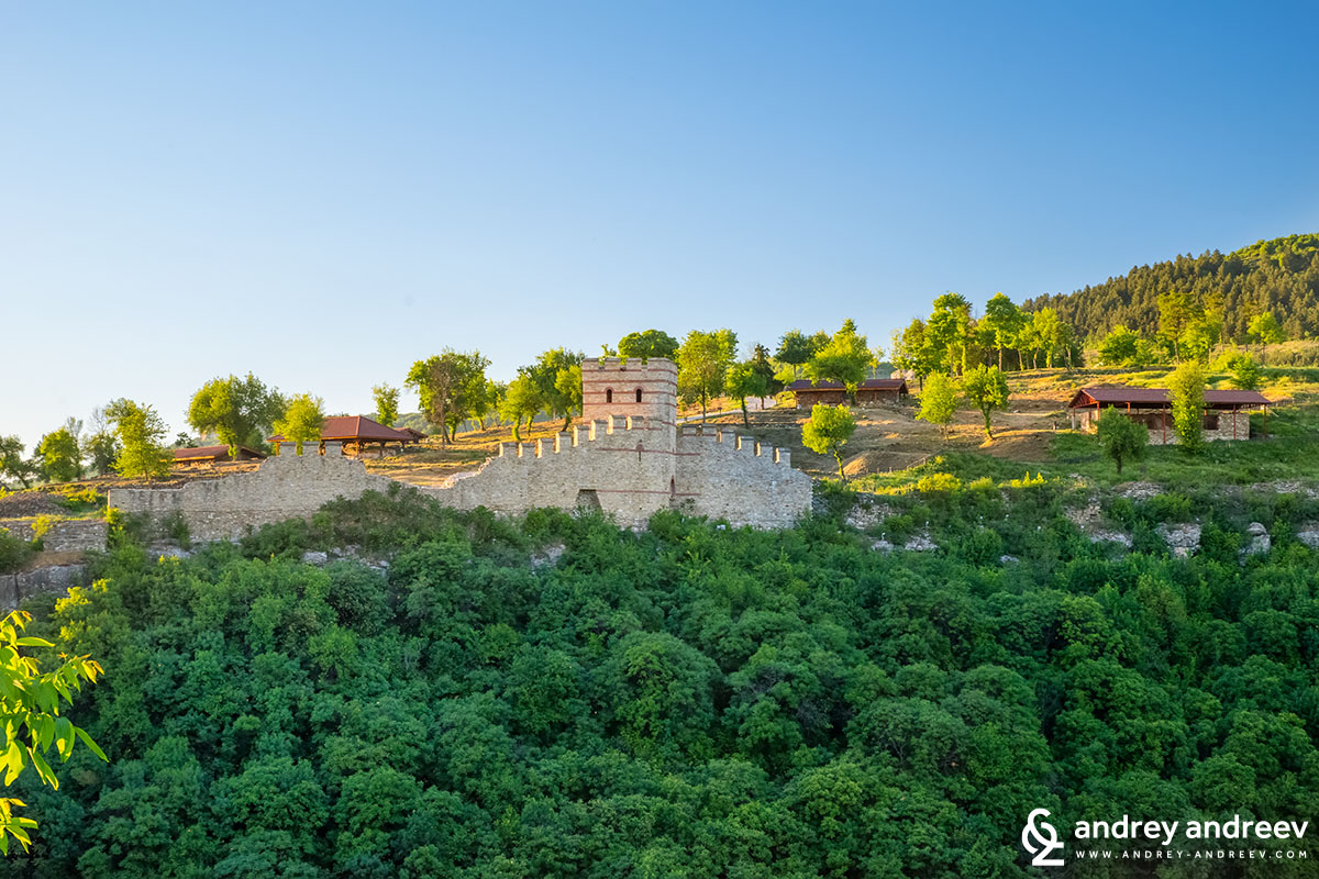 Югоизточната кула-порта на Трапезица - Велико Търново забележителности