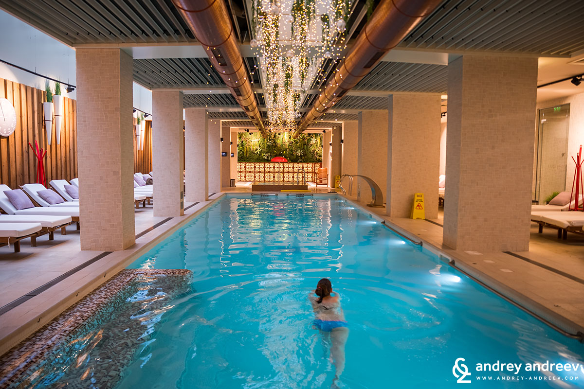 The large pool at Aparthotel Lucky Bansko, Bulgaria, is between 140-160 cm deep