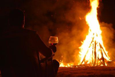 Джулай Морнинг с чаша вино във Вила Мелник