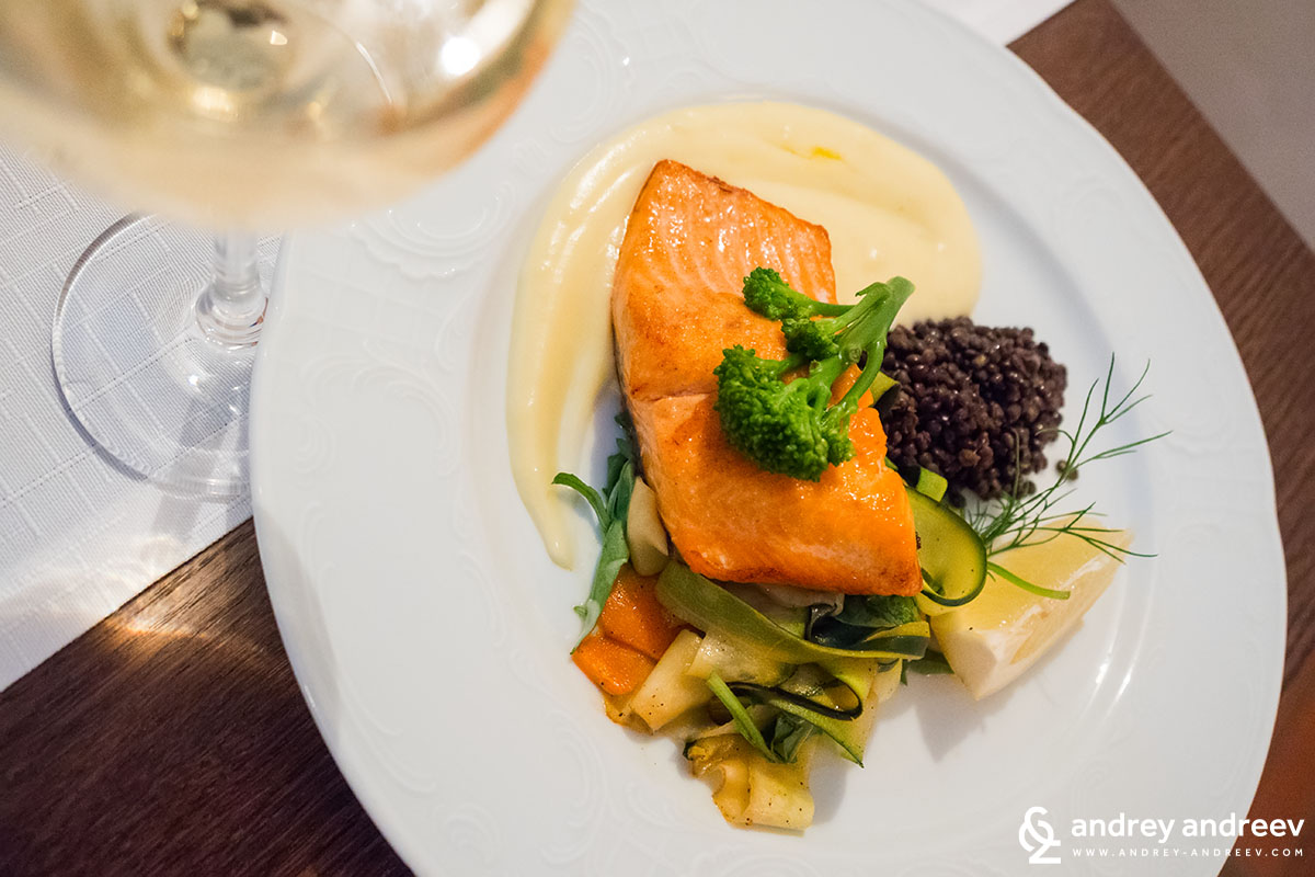 Salmon with vegetables, lentils and lime sauce
