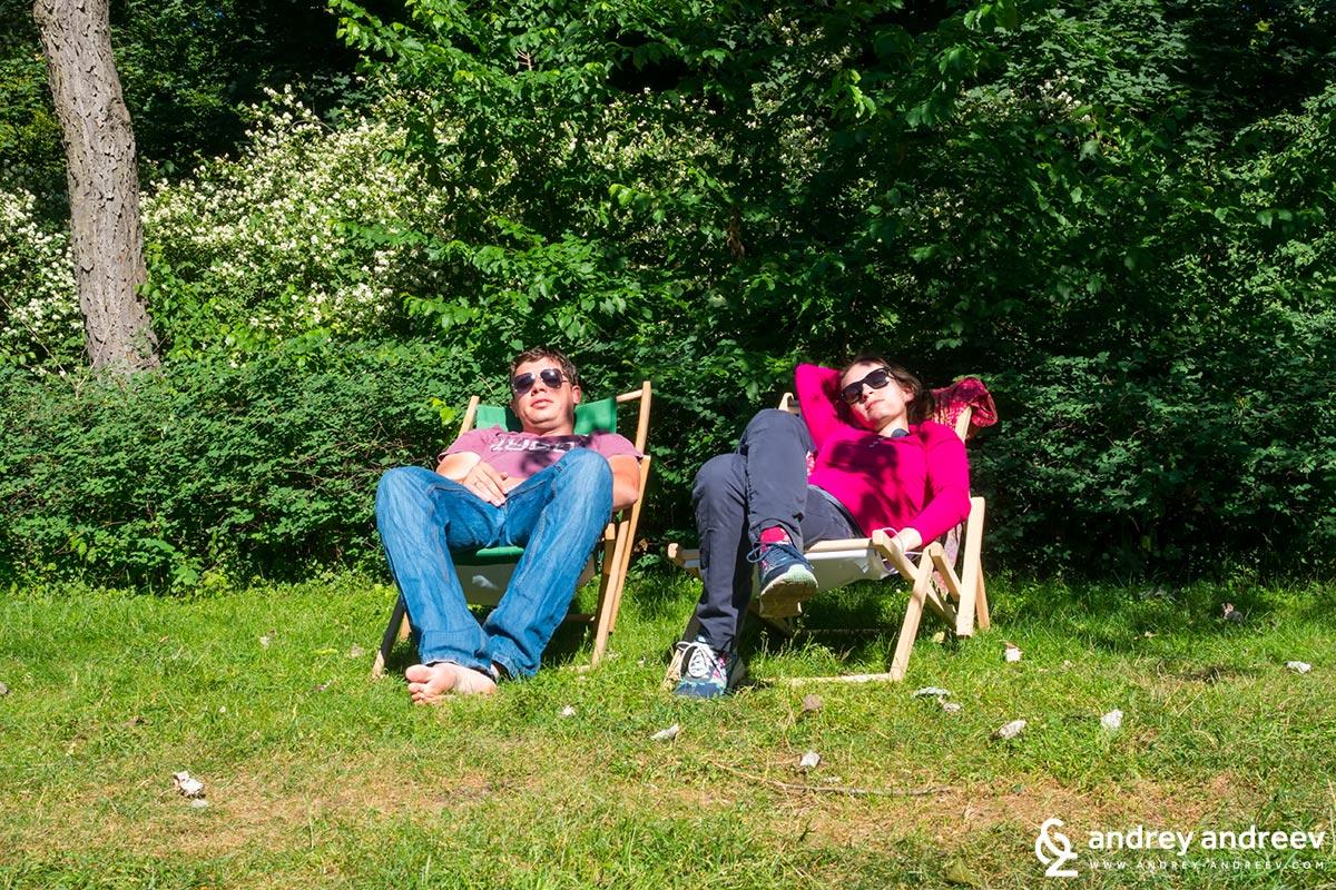 Андрей и Мими на припек в парка
