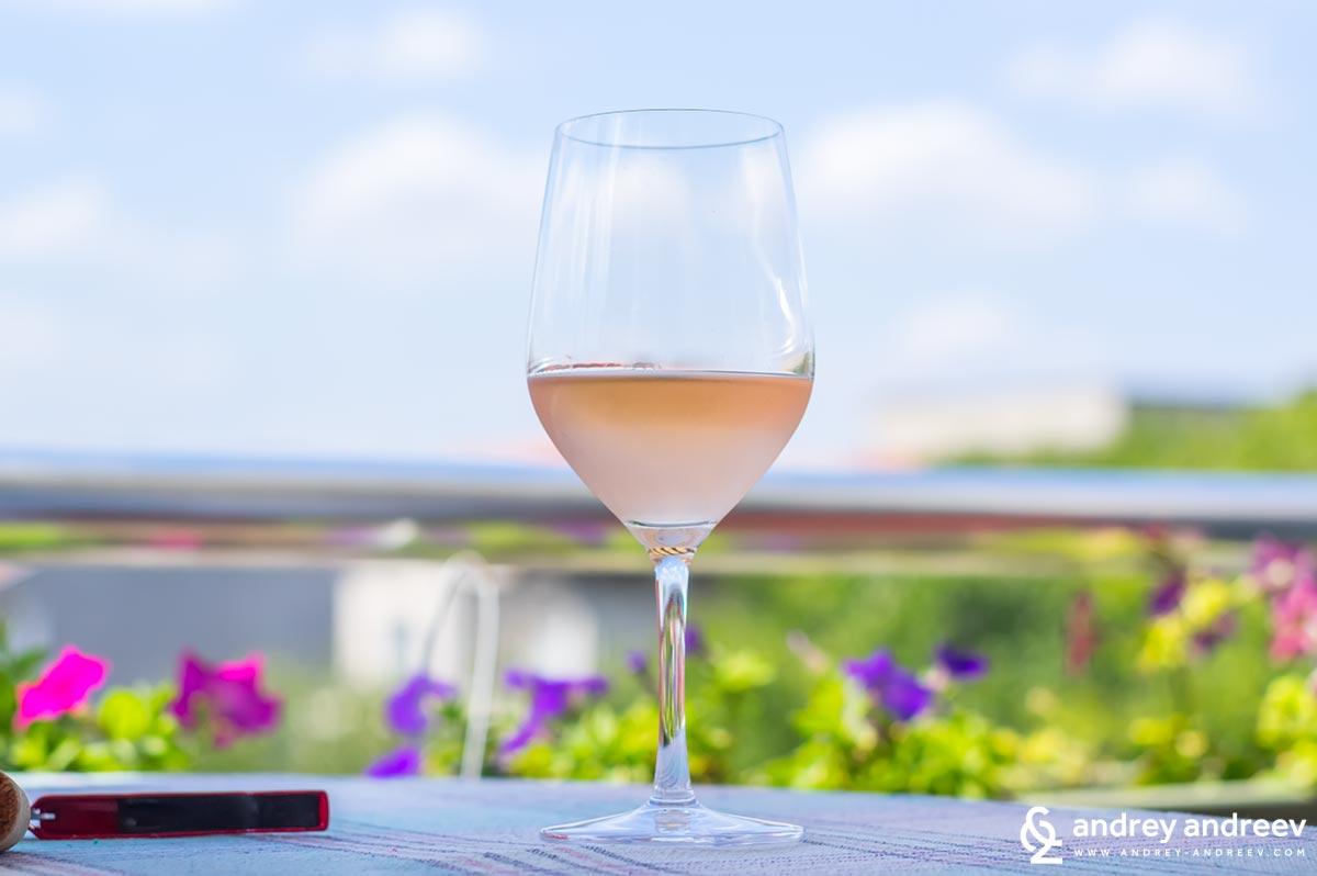 Чаша прасковено розе на фона на синьото небе