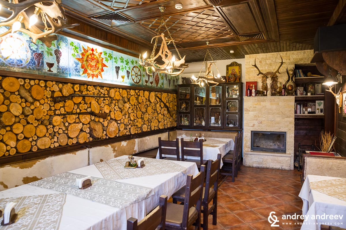 The restaurant of Hotel Zlaten Rozhen is very attractive. Inside you can also see many hunting trophies because the owners of the hotel also offer hunting tours.