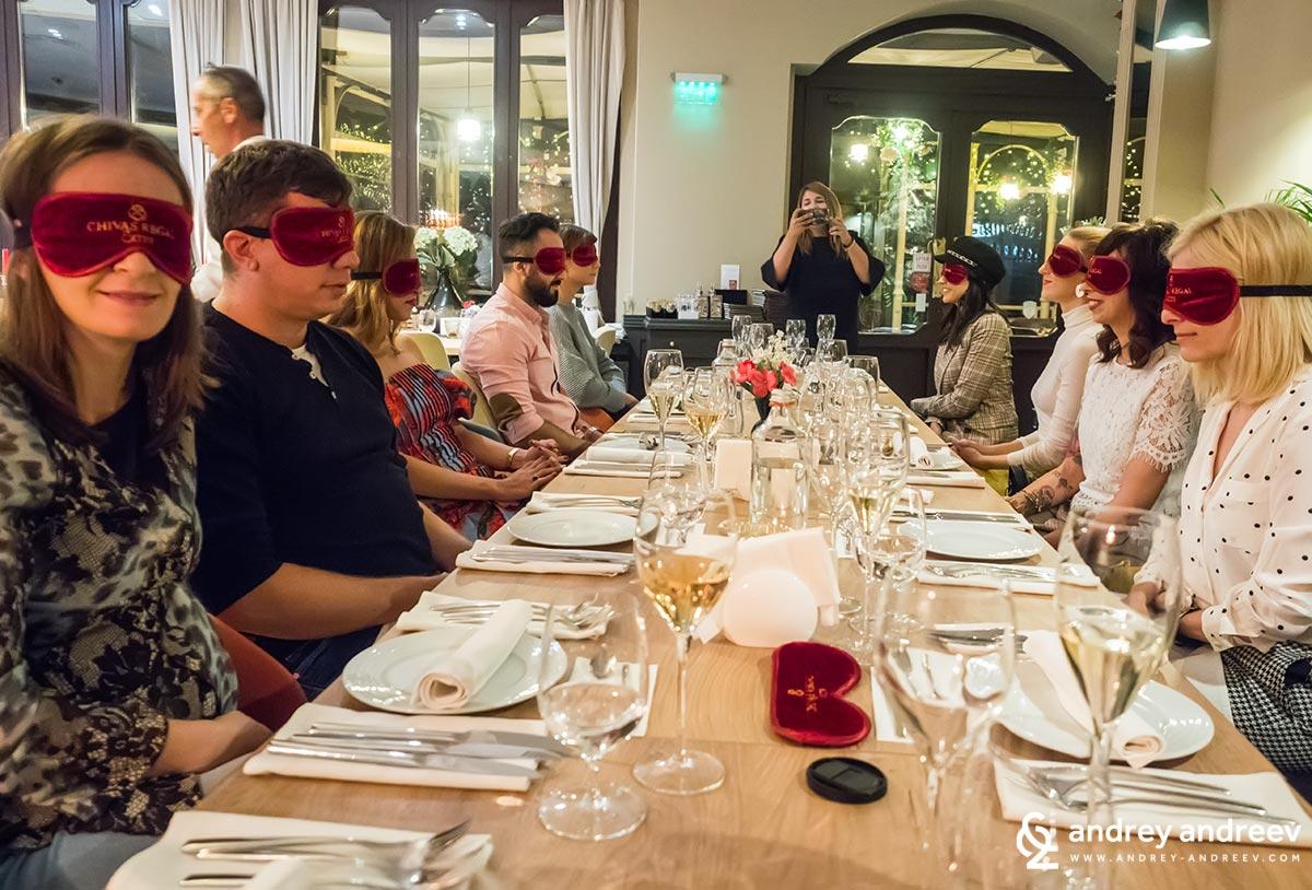 """Все хубави  хора на """"сляпа среща"""" с храната в ресторант Ahora"""