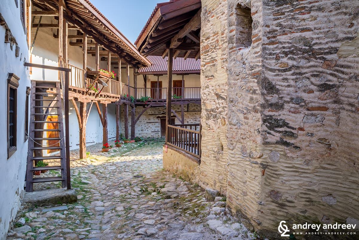 В двора на Роженския манастир
