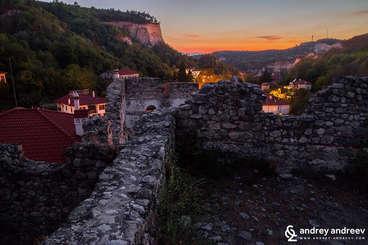 In the evening it is dark around the Boyar's  house so you will need a torch. However, the view to Melnik is amazing. But be careful because there are places where you can fall down. I barely escaped them.