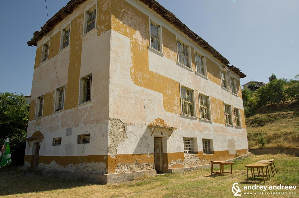 Бившата туристическа спалня в село Любовище