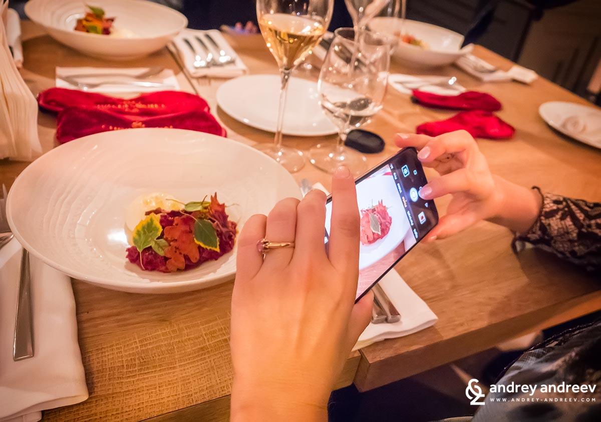Много е удобно да се снима с телефон по време на събития и никой не те гледа странно