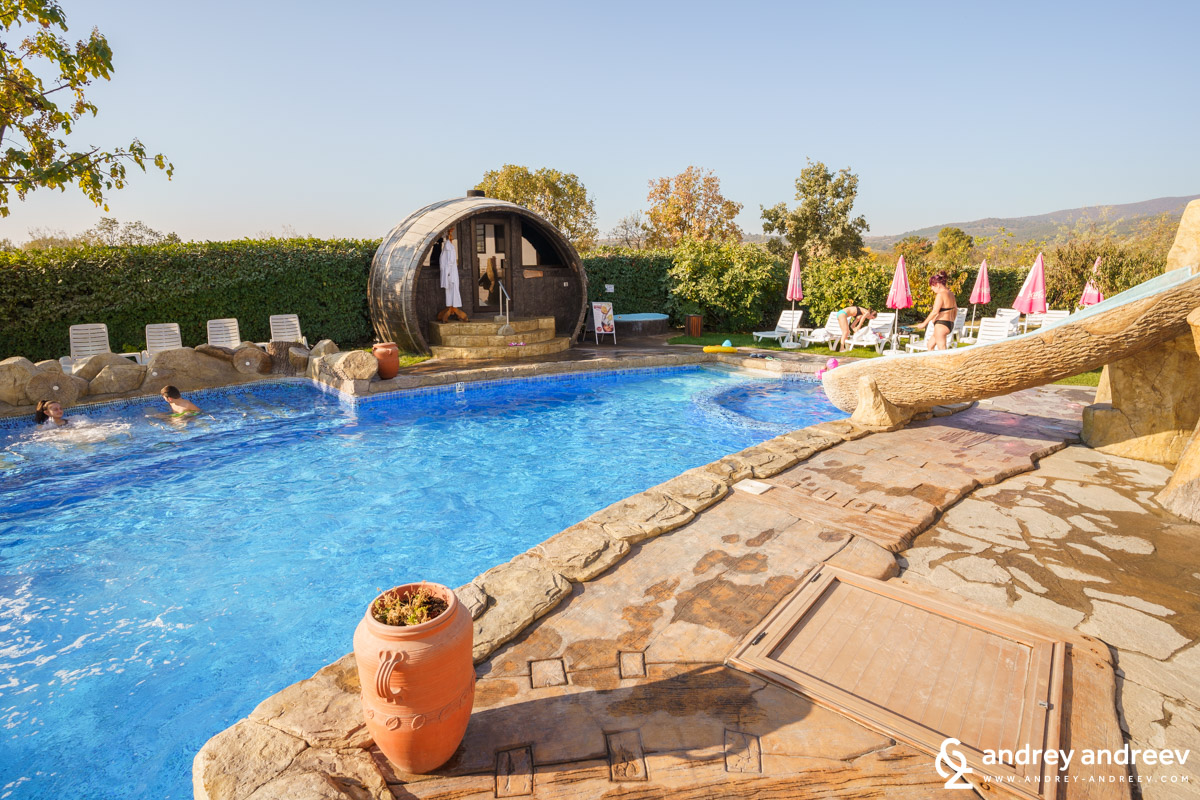 The hot outdoor pool and the barrel sauna in Starosel
