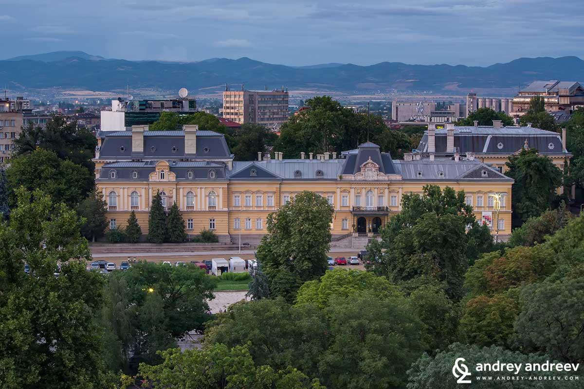 Жълтата сграда на бившия Царски дворец