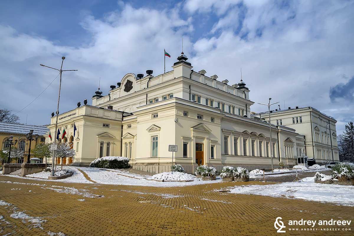 Сградата на Народното събрание разположена на жълтите павета