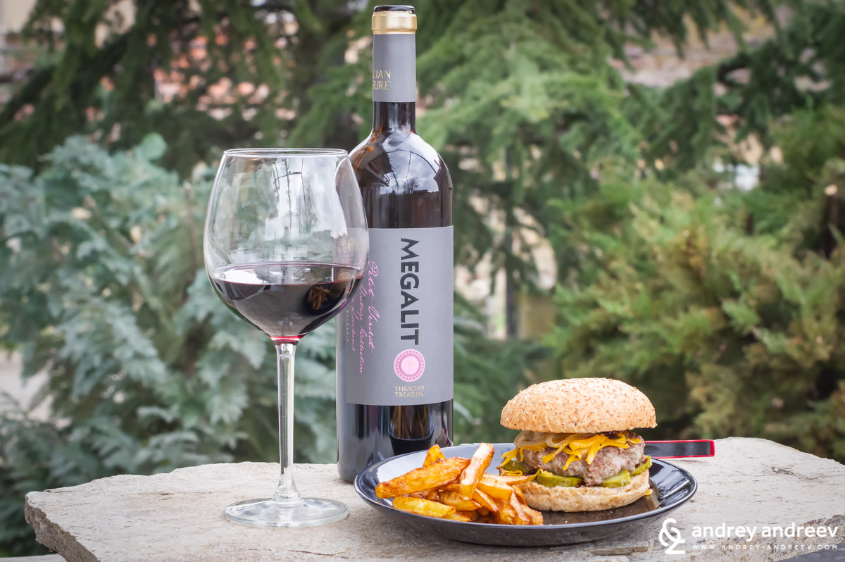 Megalit Petit Verdot 2015 in combination with a beef burger