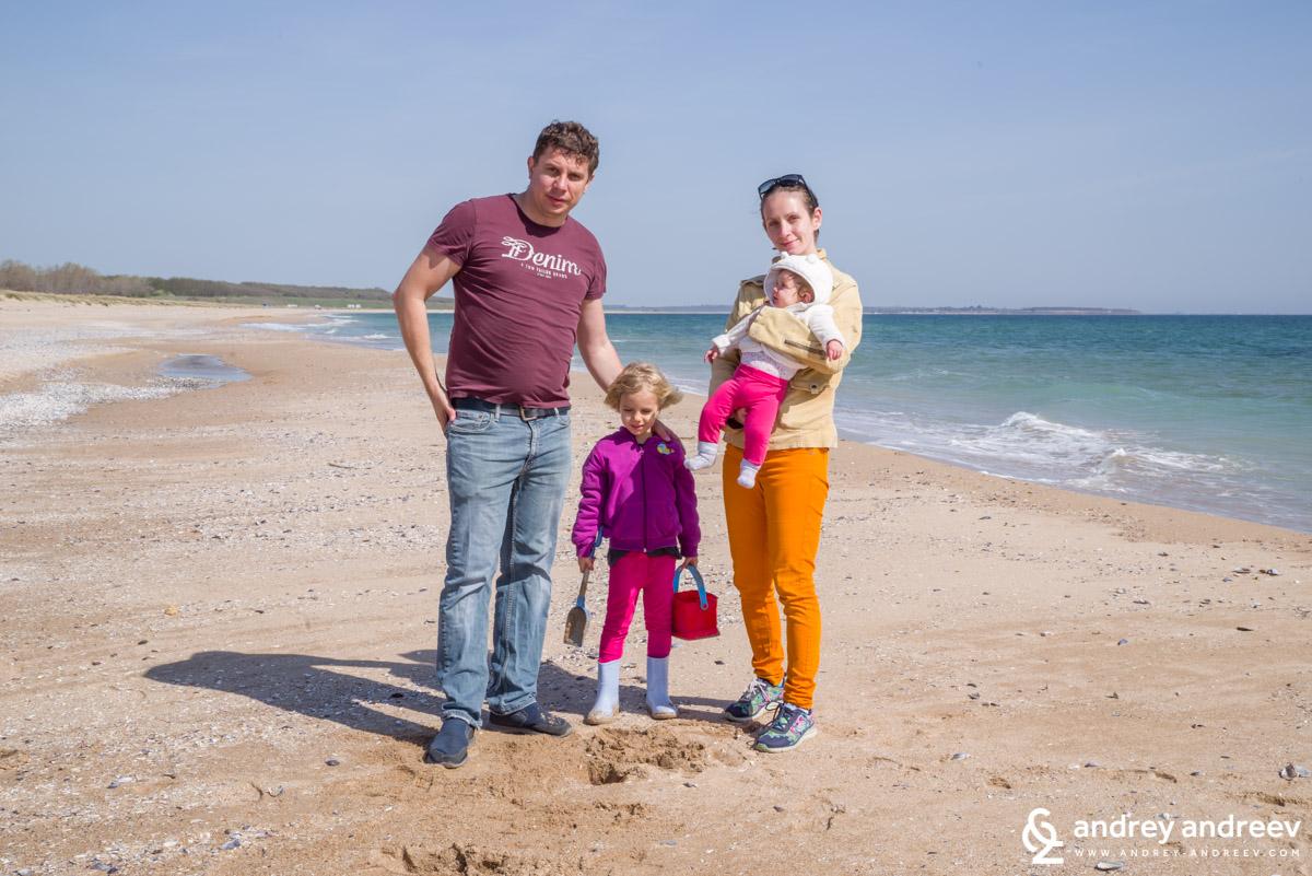 Нашата семейна групичка на плажа на Крапец - април 2019