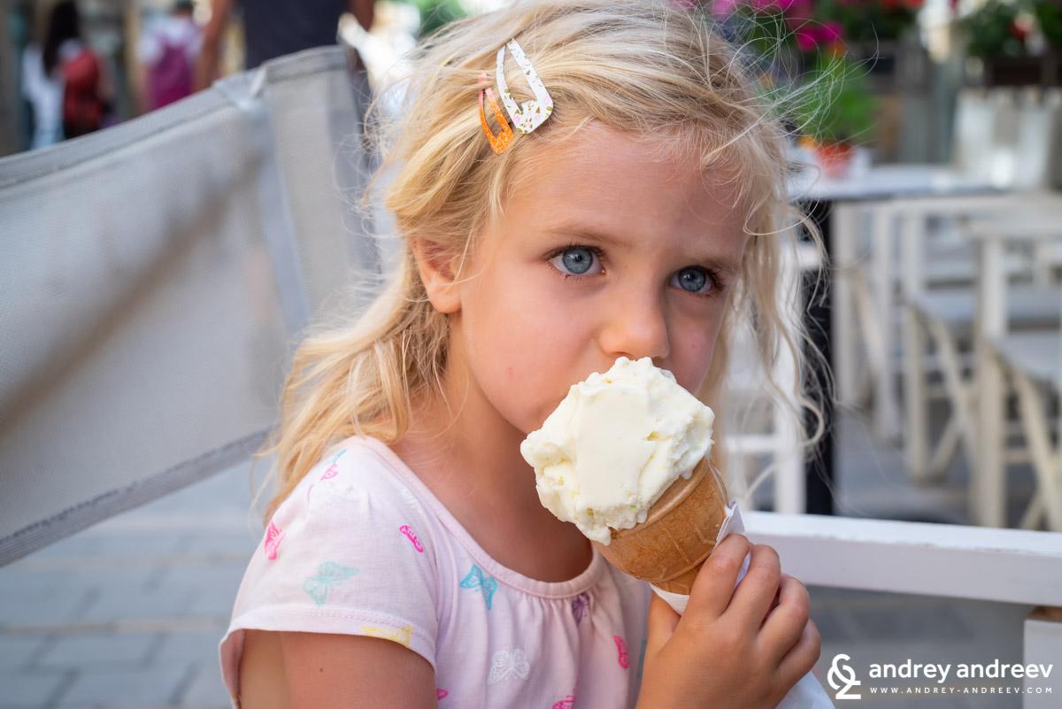 """Ани яде сладолед на улица """"Ледра"""" в Никозия, Кипър"""