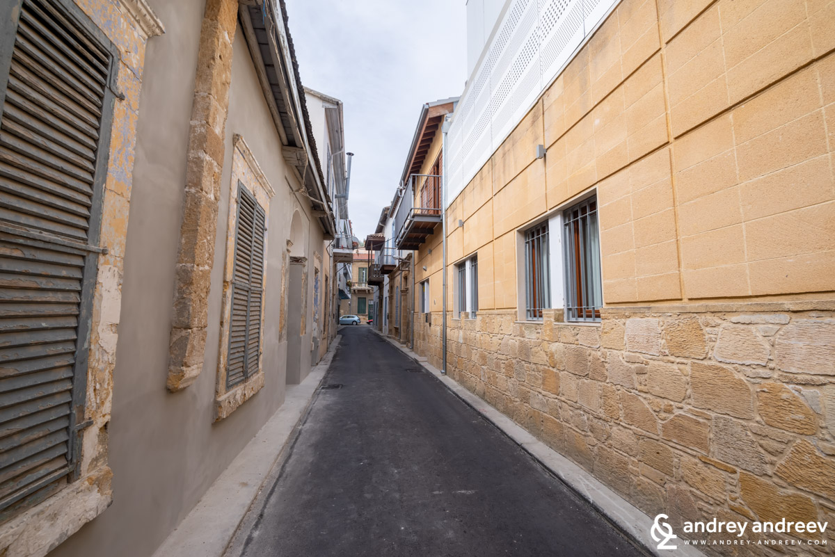 Ledra was the lively shopping street, but we were happy to discover that may other old buildings and streets aside of the promenade are also being renovated and awakned for a new life