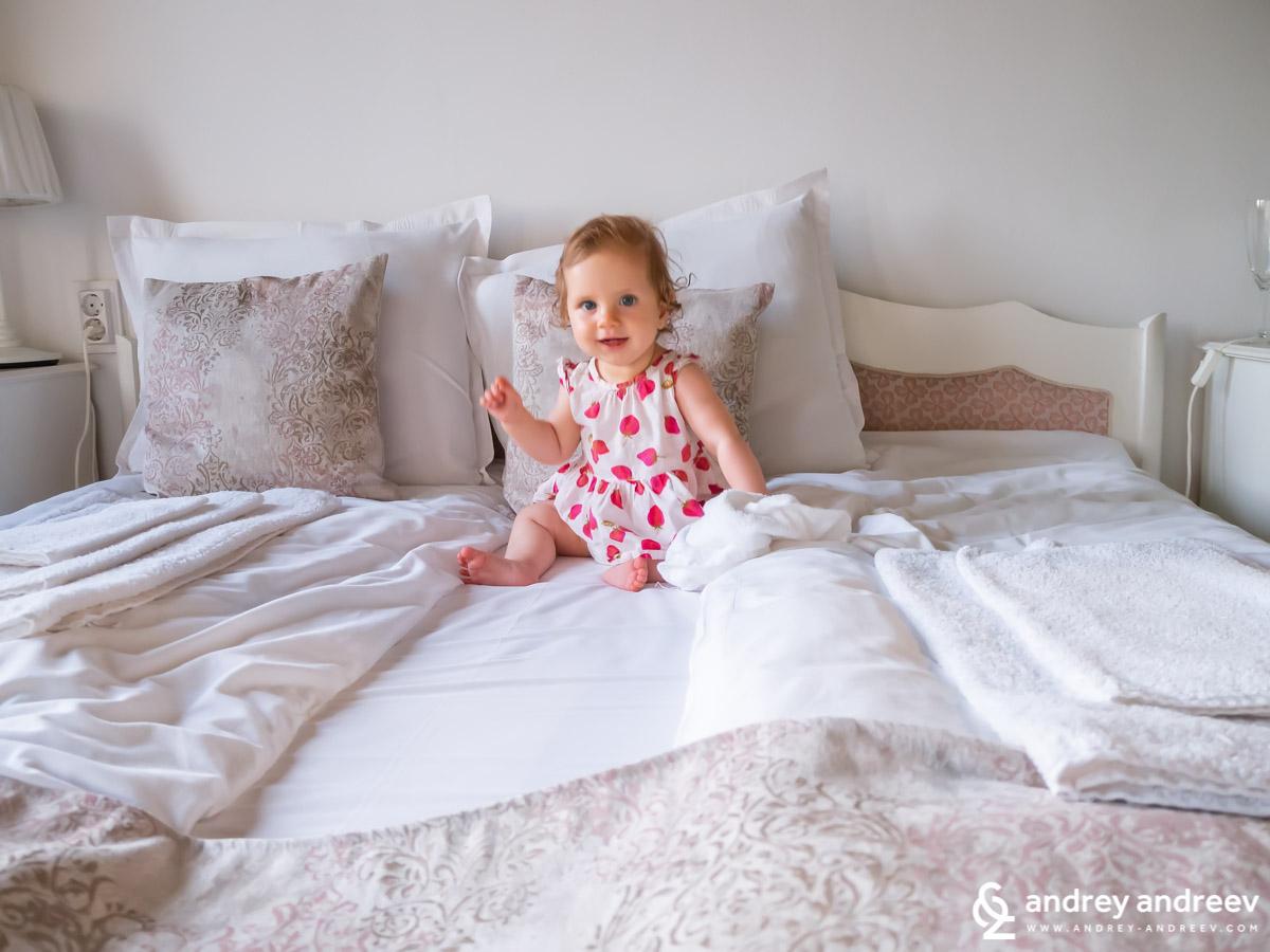 Адриана вече си избира сама леглата и много се радва в хотела във Велико Търново