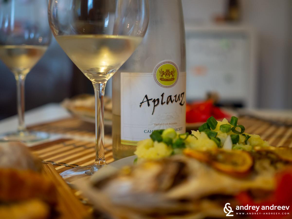 Добре охладеното вино от Сандански Мискет Aplauz 2018 г. в комбинация с риба