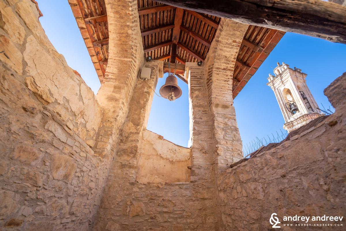 Камбана в манастира в Омодос