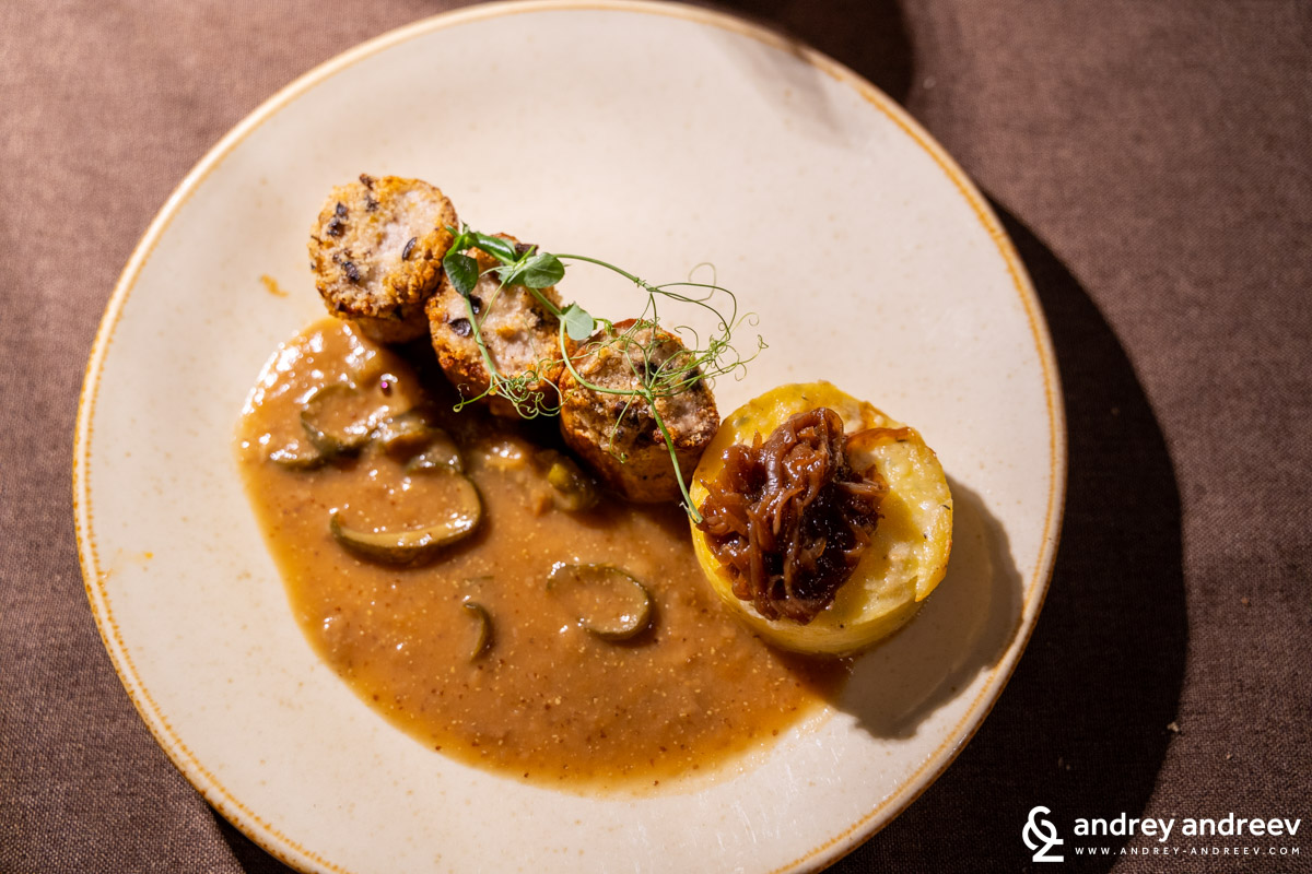 Невероятно вкусното и красиво ястие на Андрей - хрупкави свински стекчета с тартар от маслини и разни други неща - ресторант Хемингуей, ресторанти в Пловдив