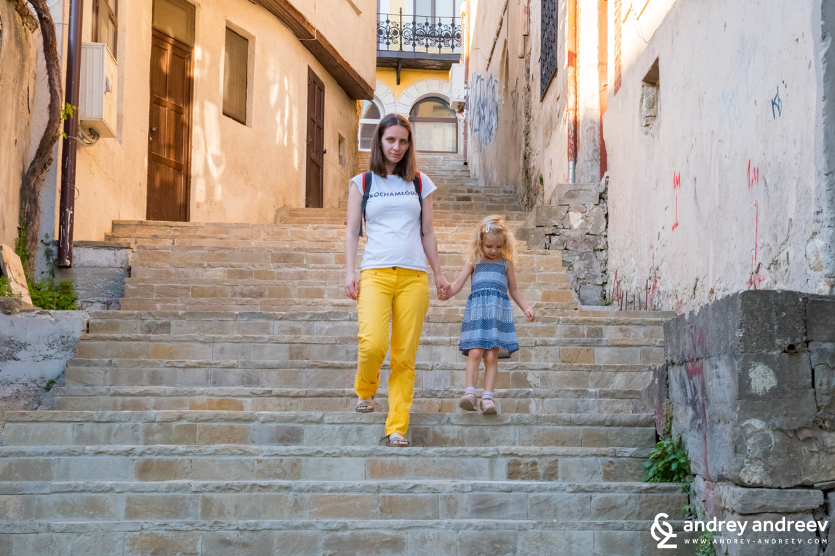 Ани и Мими покоряват стръмните стълби  из Търново
