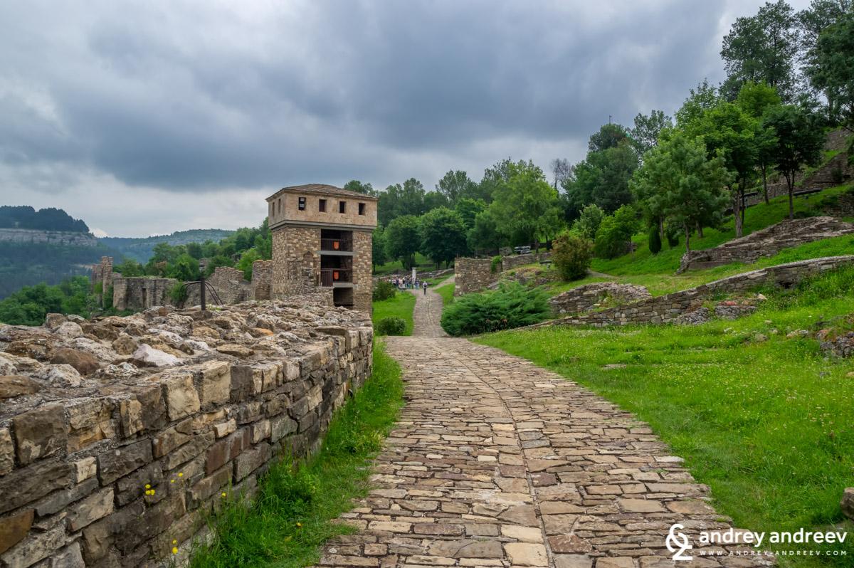 Пътеката край крепостната стена към северната порта с бойна кула на Царевец, Велико Търново
