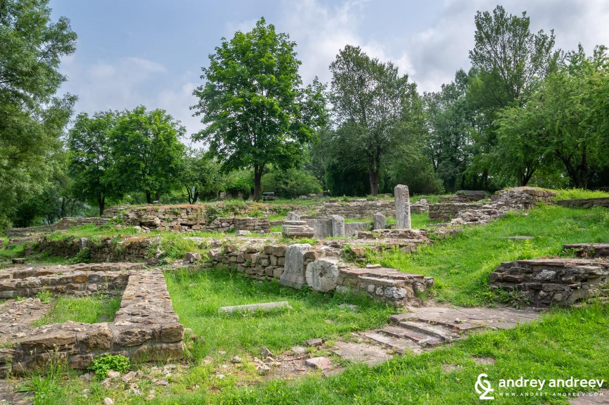 Останките от жилища и други сгради са навсякъде из хълма Царевец във Велико Търново