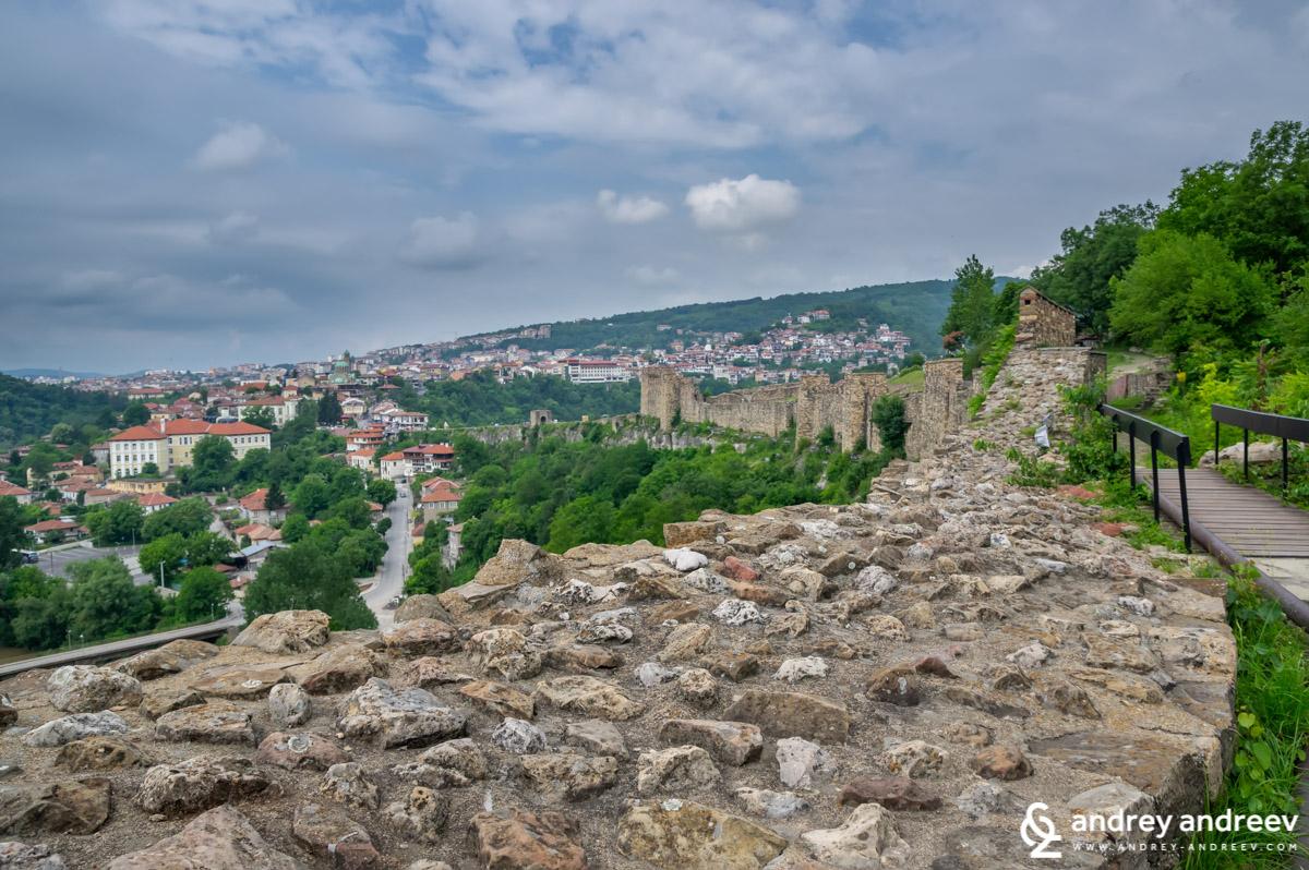 Непристъпните стени на Царевец са дебели между 2 и 3,5 метра