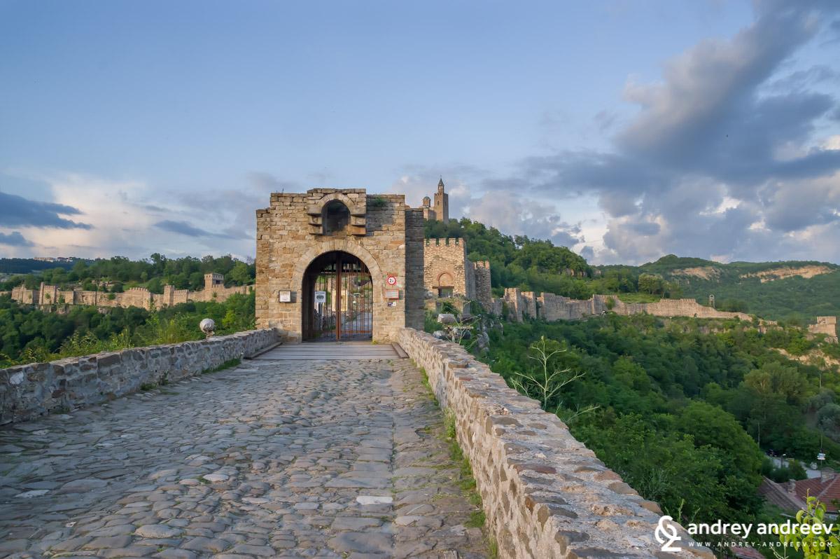 Входът към Царевец и днес е внушителен, охраняван от няколко поредни порти