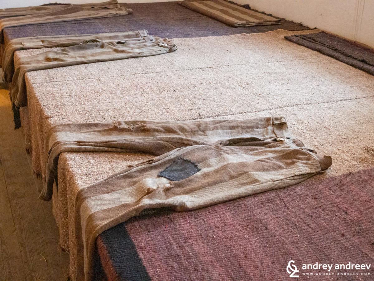 Автентични затворнически дрехи в Музей Затвор във Велико Търново