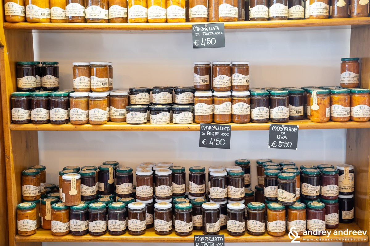 The numerous jars at L'Oasi dei Sapori