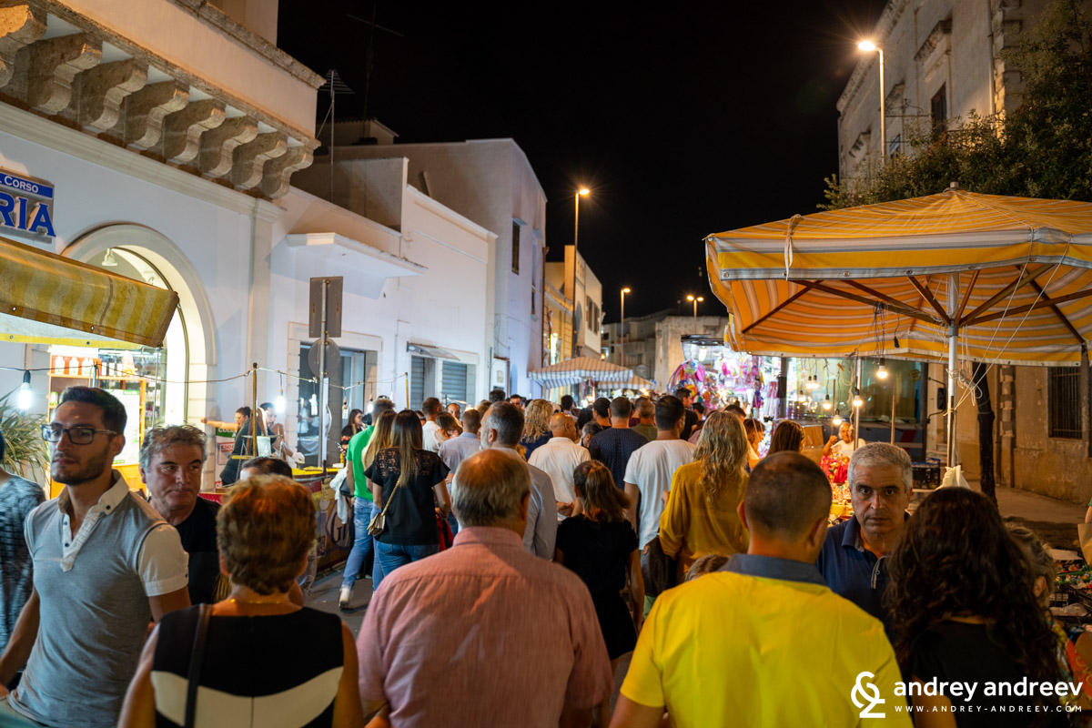 The crowded streets of Taviano during the fair La Cappeddha