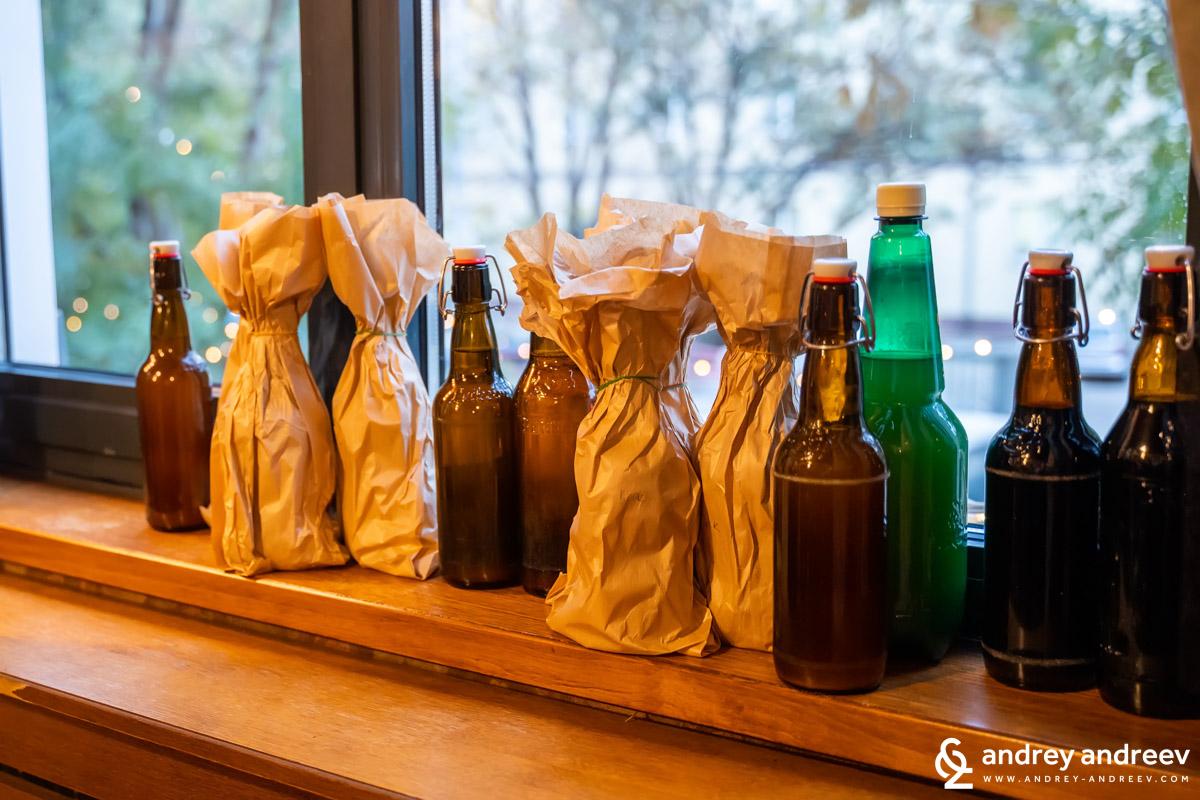 Бутилки пиво за дегустация от най-разнообразни видове, които ни предложиха да опитаме