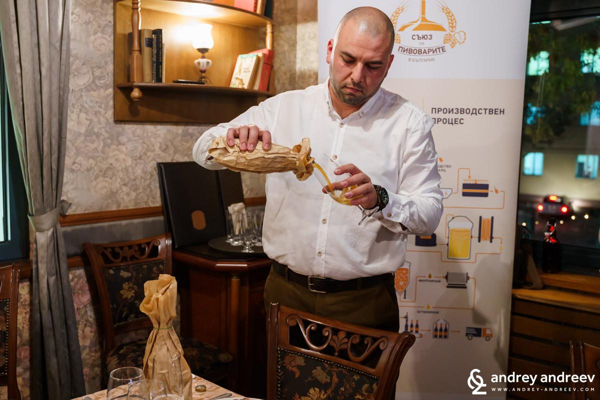 Главен асистент, д-р инж. Петър Недялков от Университета по хранителни технологии (УХТ), Пловдив налива бира за дегустация, докато разказва всякакви любопитни факти за пивото