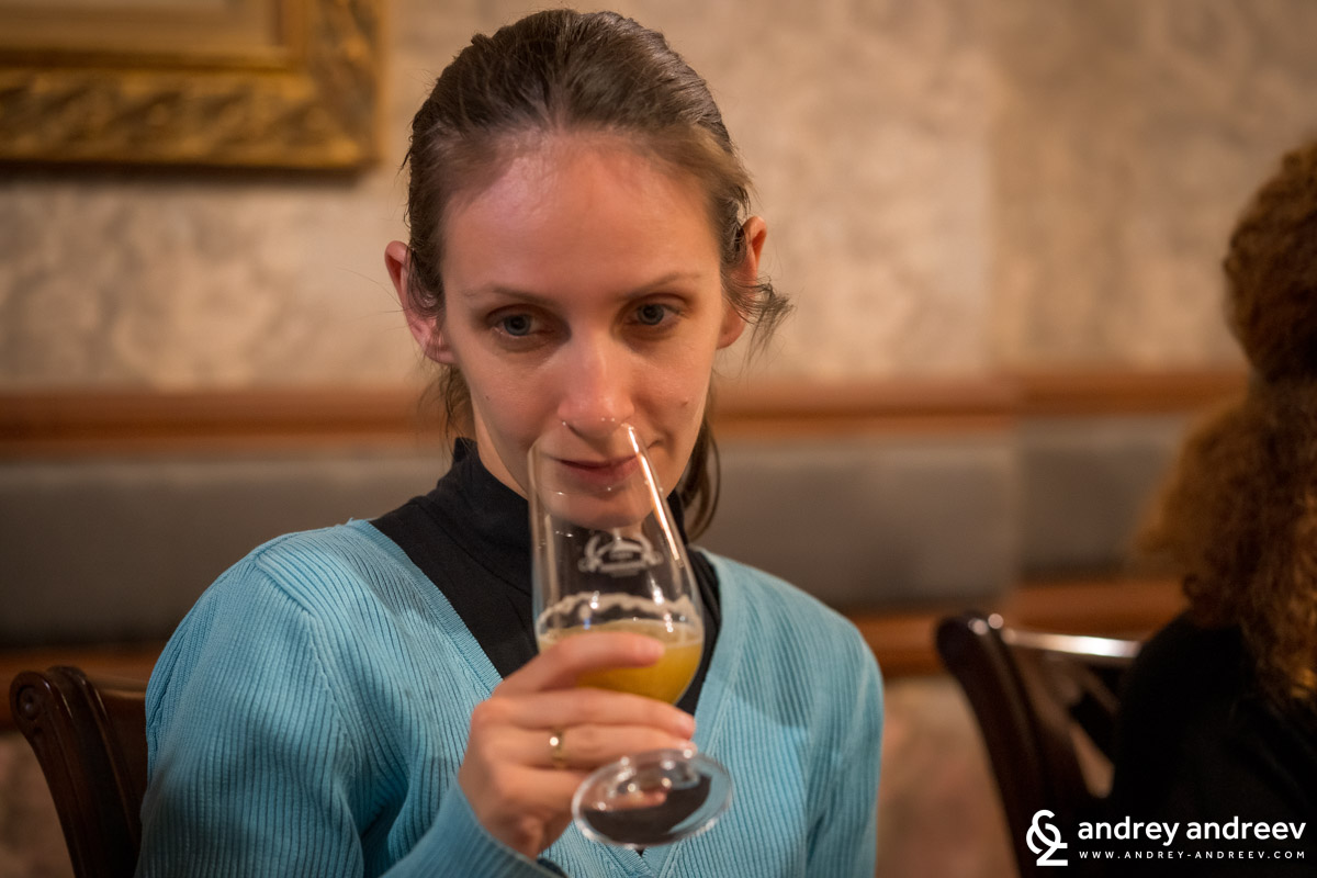 Мимето се прави, че дегустира бира