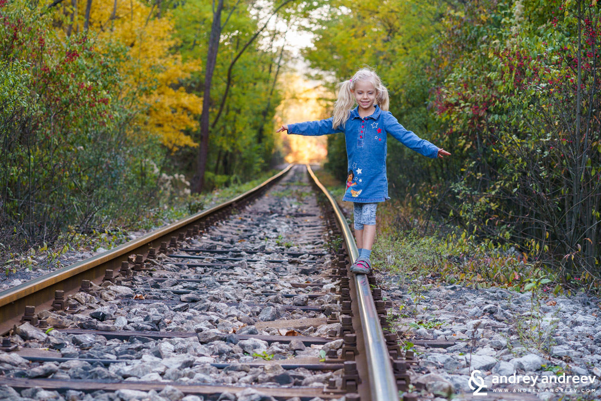 A small play on the rails and the happy childhood of Anna