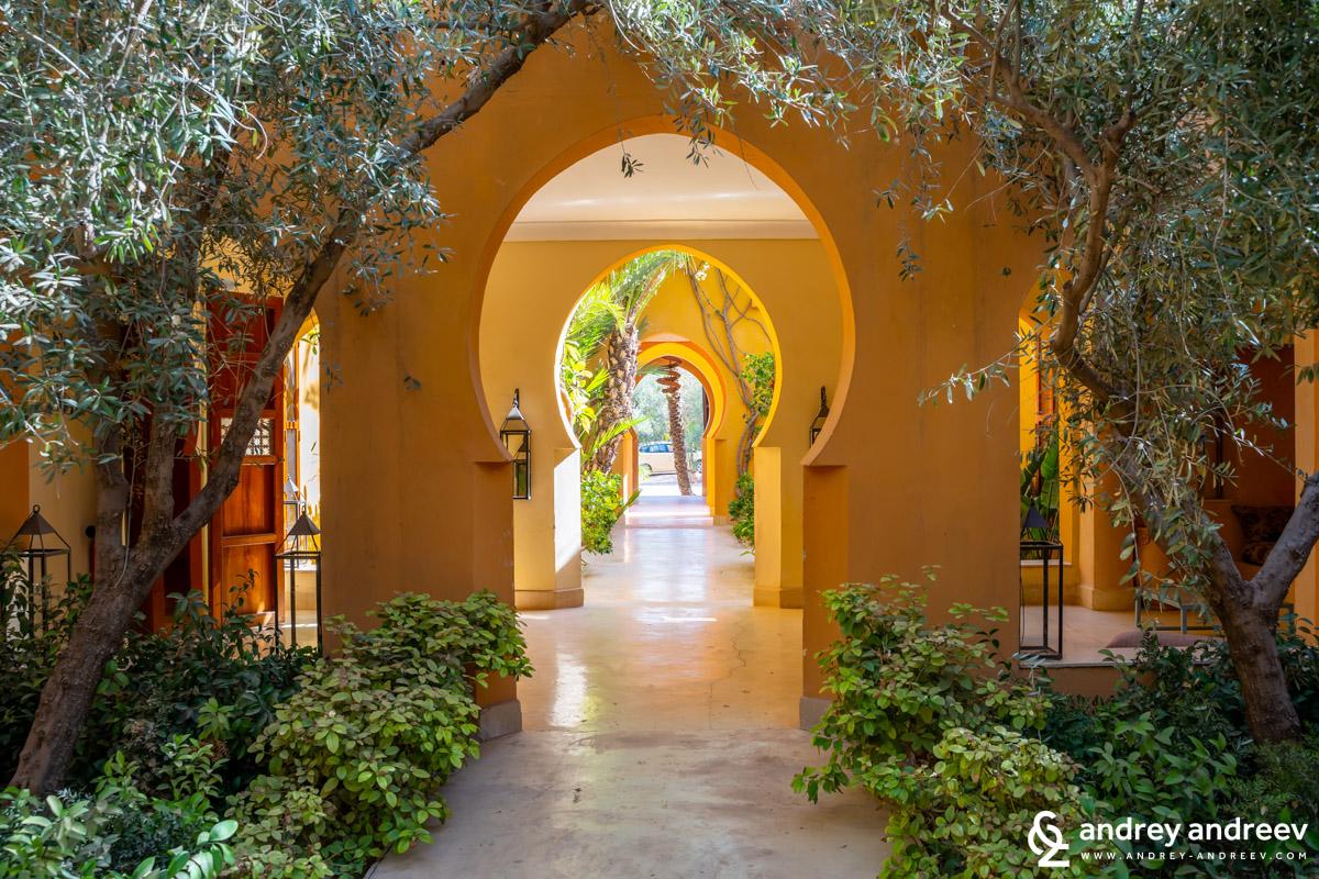 Входът към Jnane Tamsna и красивите му арки, хотел край Маракеш