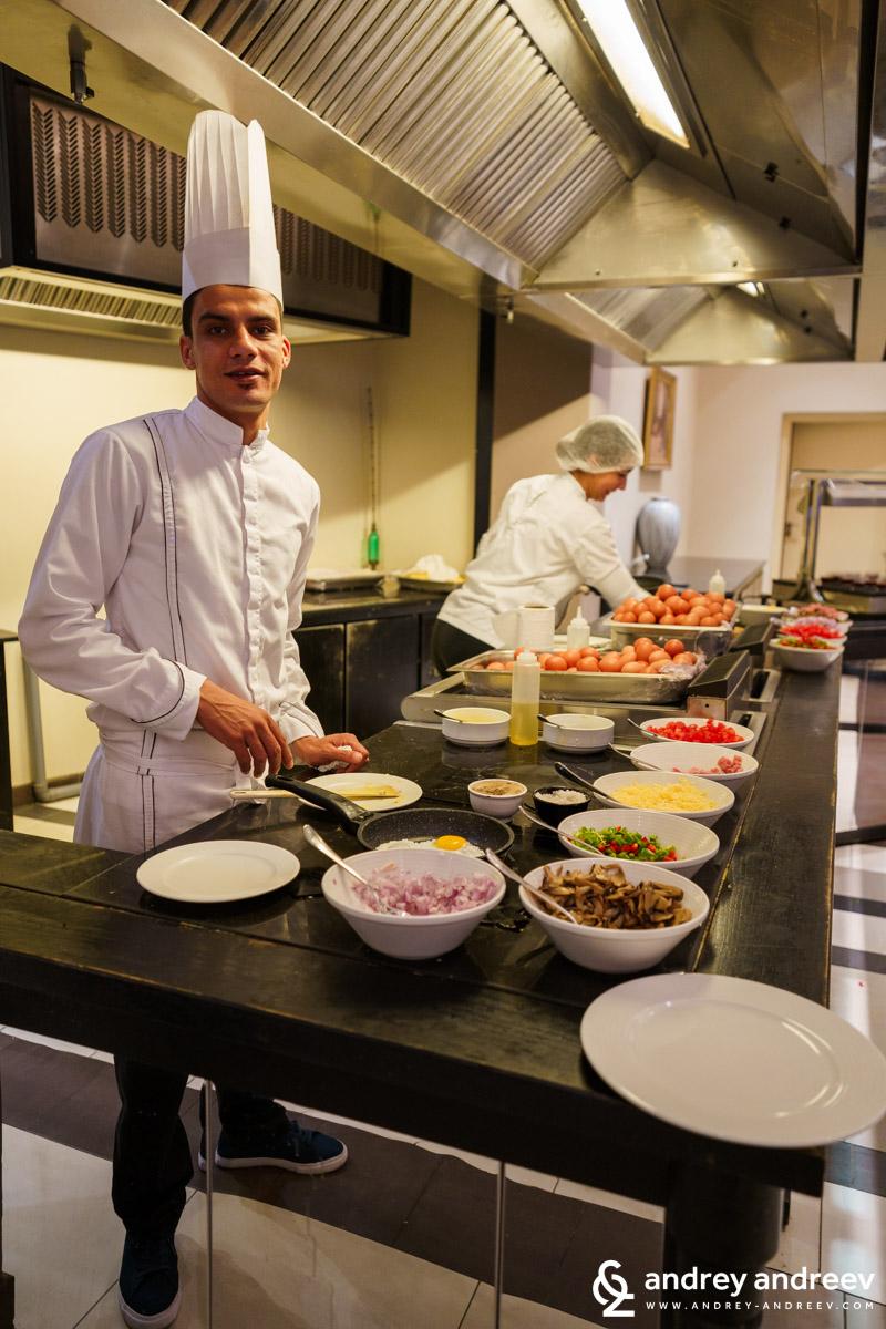 Готвачите в хотел Movenpick приготвят свежи омлети за закуска