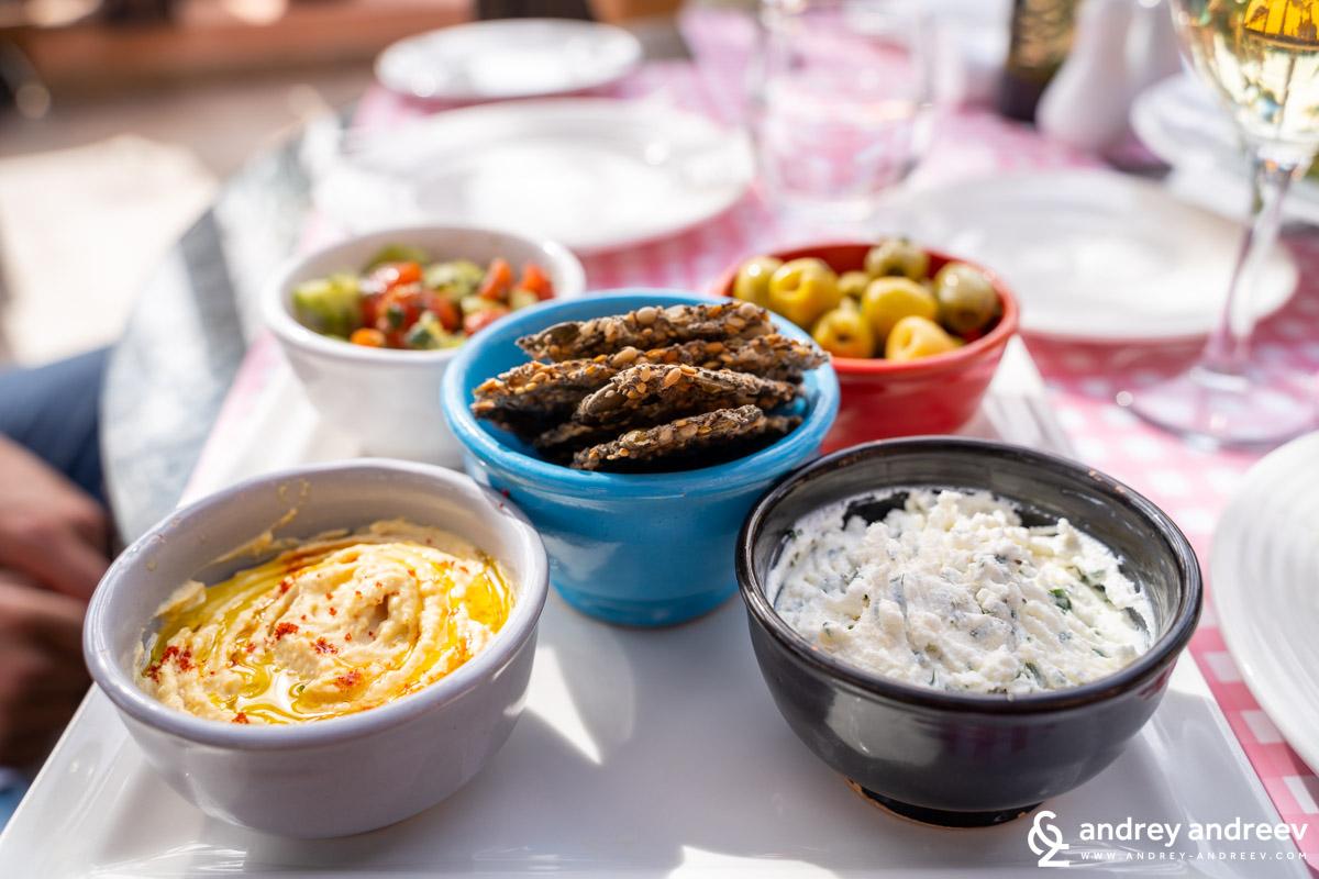Микс от вкусни вегетариански предястия в ресторант Jamra, хотел Movenpick, Маракеш