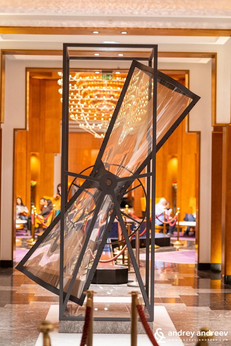 Една интересна арт инсталация в хотела във формата на пясъчен часовник - хотел Movenpick хотел Маракеш