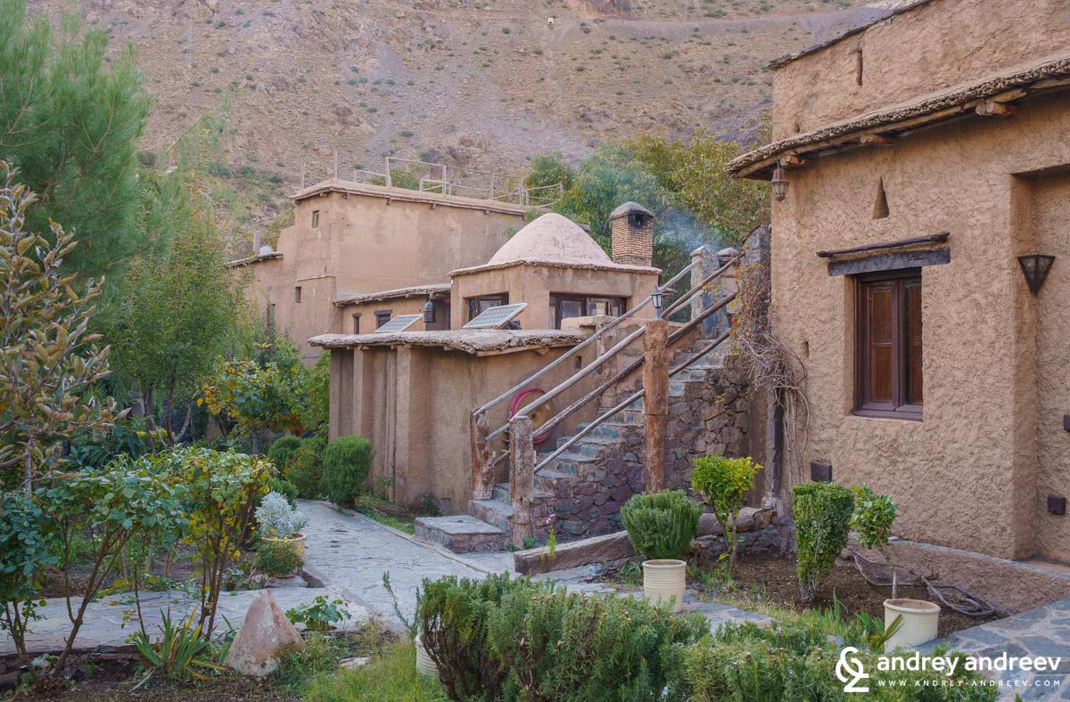 Касба дю Тубкал днес събира най-доброто от двата свята - този на берберите и този на британските собственици