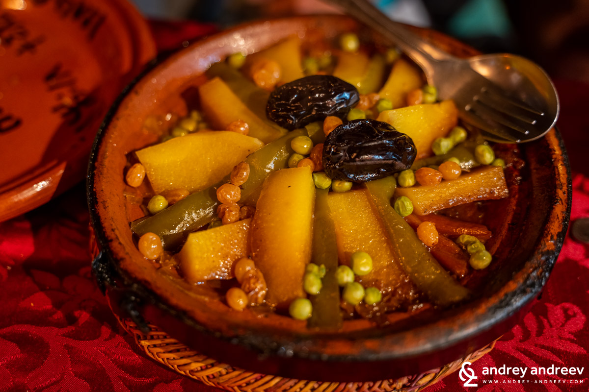 Tagine with lamb, begetables, plums and raisins