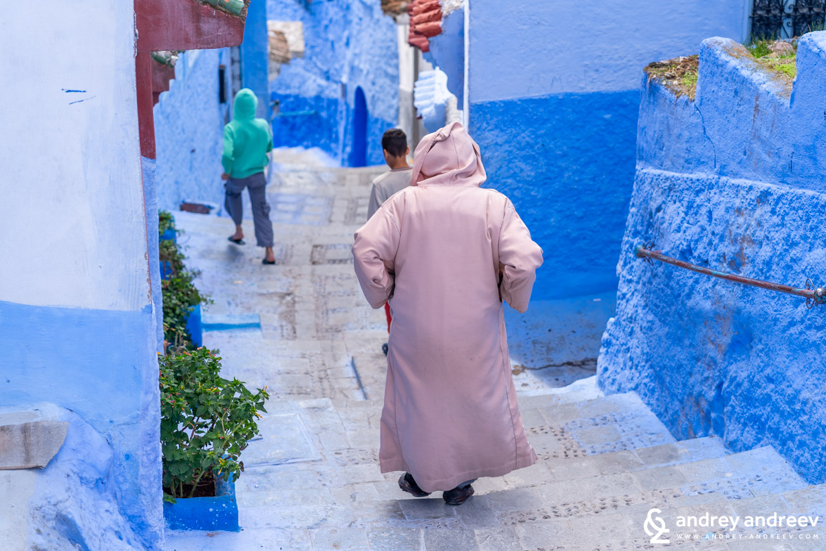 You can see many locals in djellabas along the streets of Chefchaouen, the Blue city in Morocco