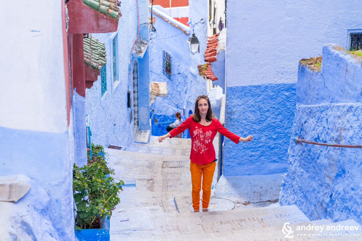 Maria dancing on the street in Chefchaouen. However, we have to say that we did NOT use the products mentioned in this paragraph and would never recommend their use