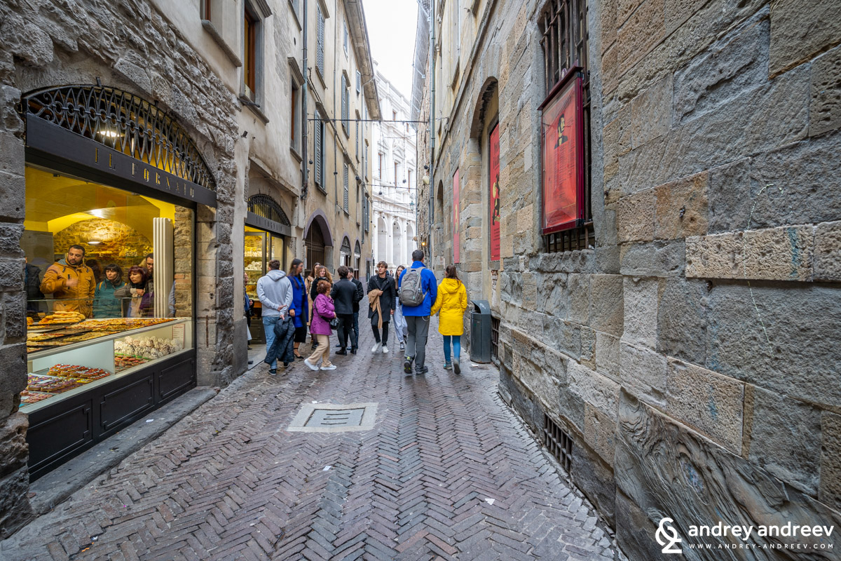 There are always a lot of people near the Il Fornaio bakery in the Upper town of Bergamo