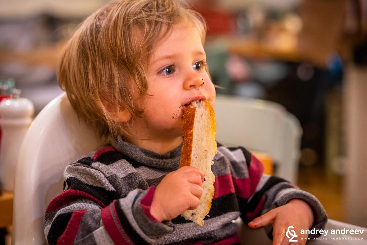 Адрианка омита хляба с маслинова паста докато аз избирам вино и чакаме Мими да се върне от курса си за Lightroom, а Ани е в детския кът