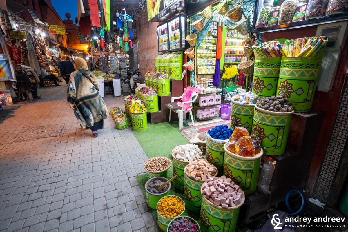 Пазарът в Маракеш не е само откритата част със сергиите, наоколо гъмжи от улички пълни с магазинчета за всичко