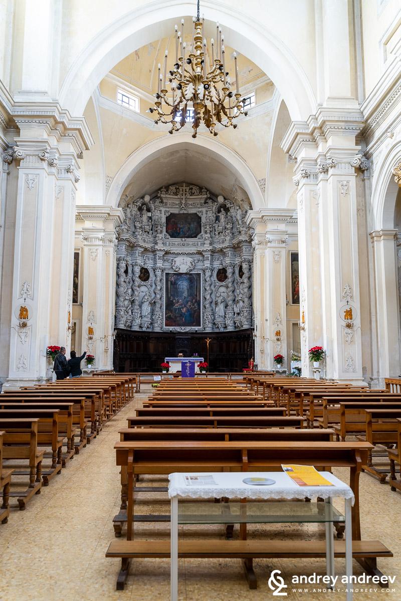 Йезуитската църква в Лече и каменния олтар