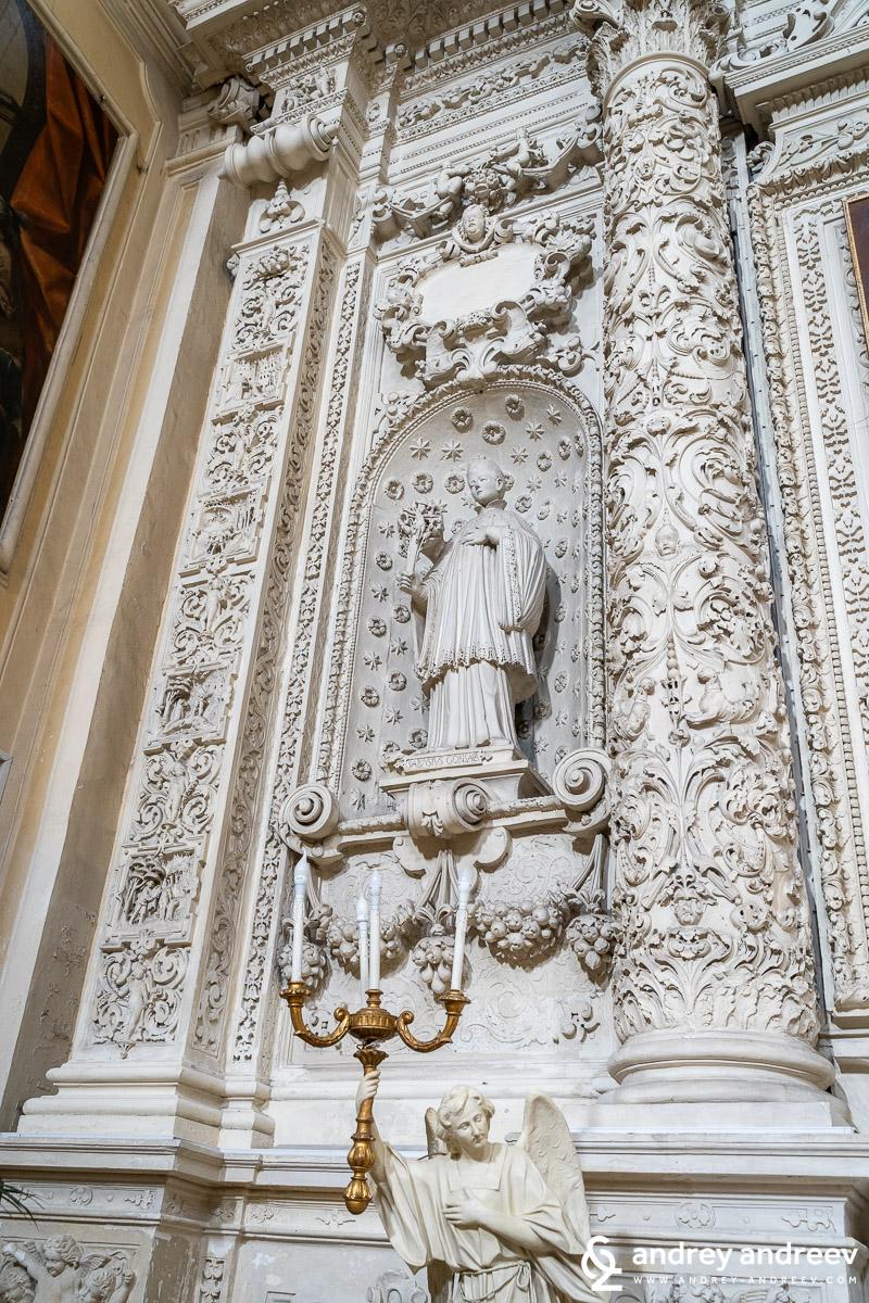 Част от изящно декорирания каменен олтар на Йезуитската църква в Лече