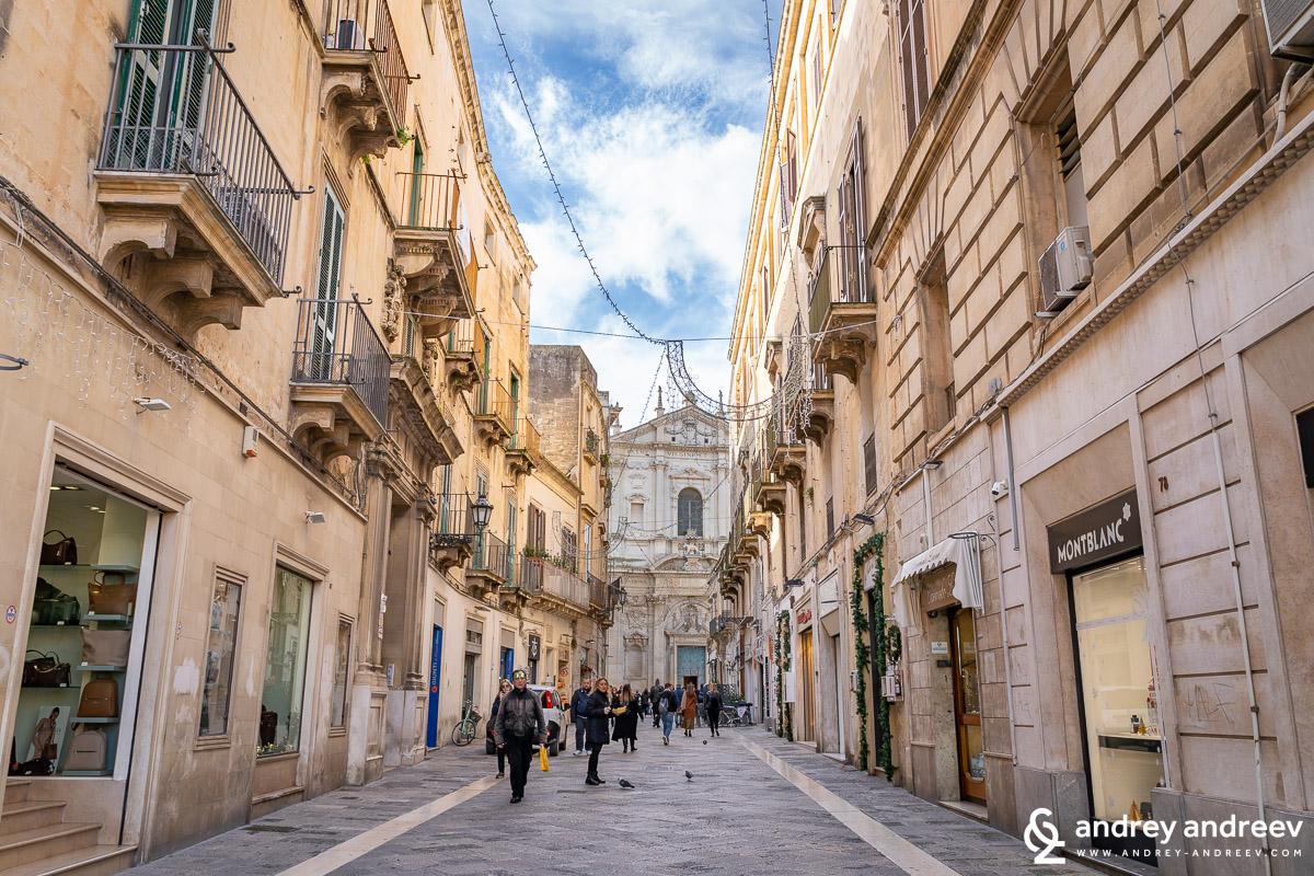 По уличките на Лече почти всички сгради са богато украсени